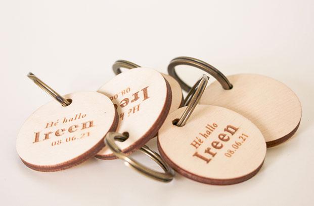 gegraveerde sleutelhangers geboortekaartje meisje roze oost Vlaanderen gent
