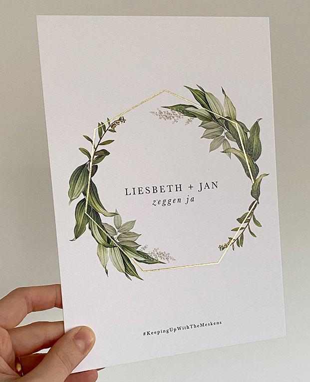 Huwelijksuitnodigingen met goudfolie en groene blaadjes