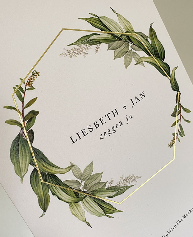 trouwuitnodiging met goudfolie en groene blaadjes